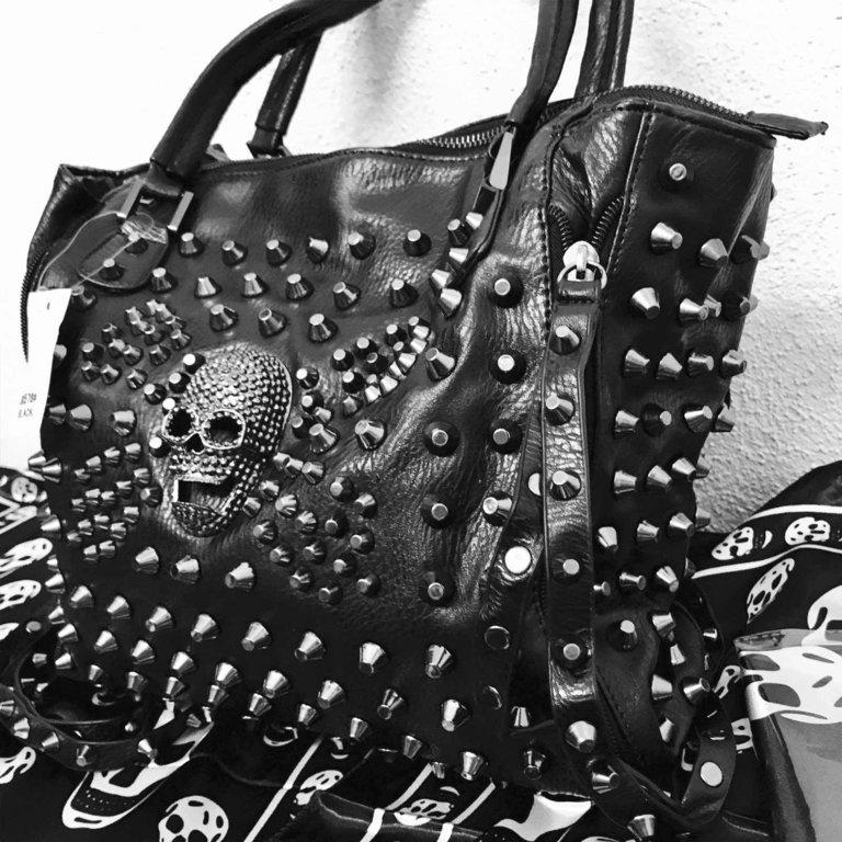 grosse nieten tasche rucksack schwarz totenkopftasche gothic punk bag skull. Black Bedroom Furniture Sets. Home Design Ideas